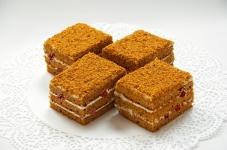 Торт Медовик з вишнею – ІМ «Обжора»